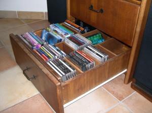 Les tiroirs de CD et DVD.